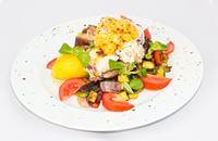 Joyces Irish Pub   Juhtúróval grillezett füstölt csülök hordó burgonyával és grillezett zöldségekkel   Menu24.hu