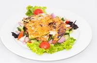 Joyces Irish Pub   Chilis joghurtban pácolt csirkemell görög salátával   Menu24.hu