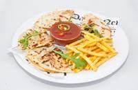 Joyces Irish Pub   Csirkehúsos quessadilla salsaszósszal hasábburgonyával   Menu24.hu