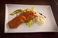Leroy Cafe | Breaded chicken breast marinanted in sour cream with mashed potatoes and balsamic salad | Menu24.hu